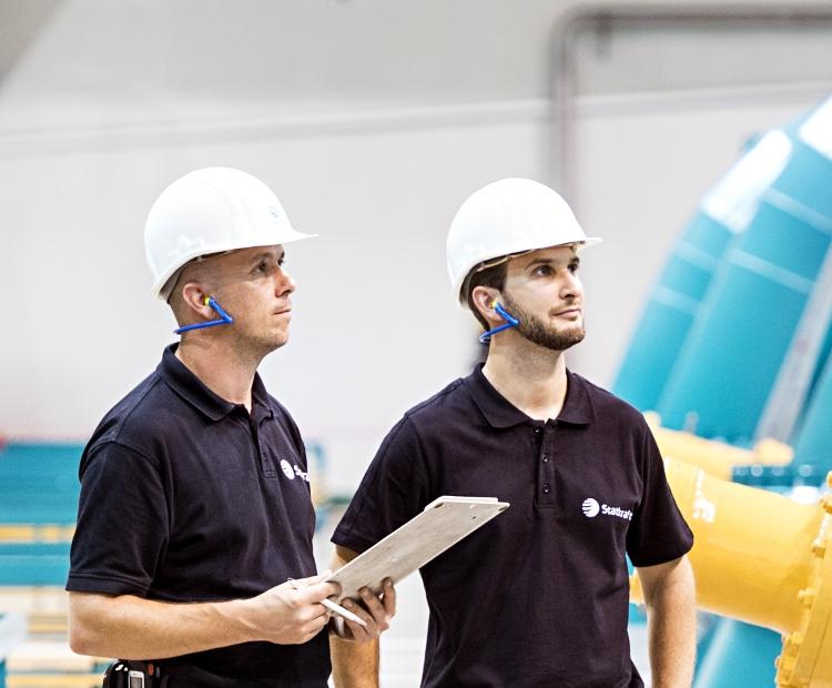 Two Statkraft employees inside the machine hall of Erzhausen pump storage power plant.