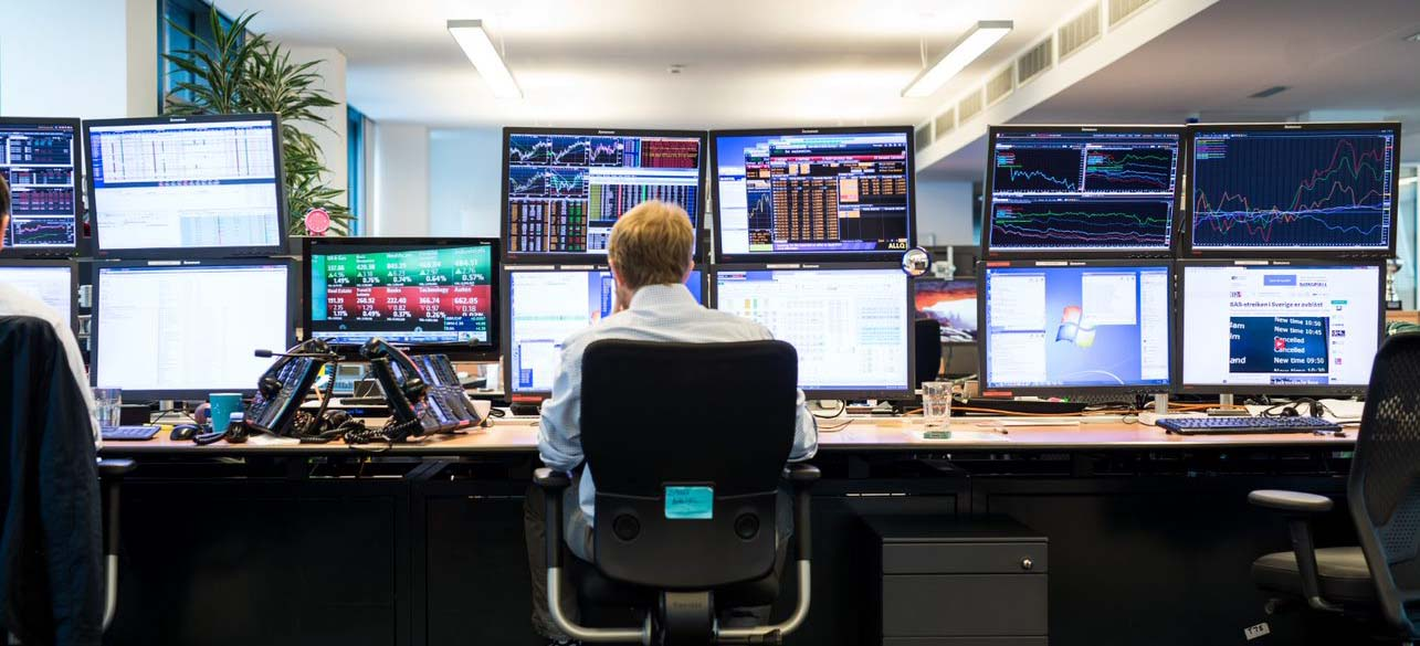 Man sitting in front of an energy hedging desk