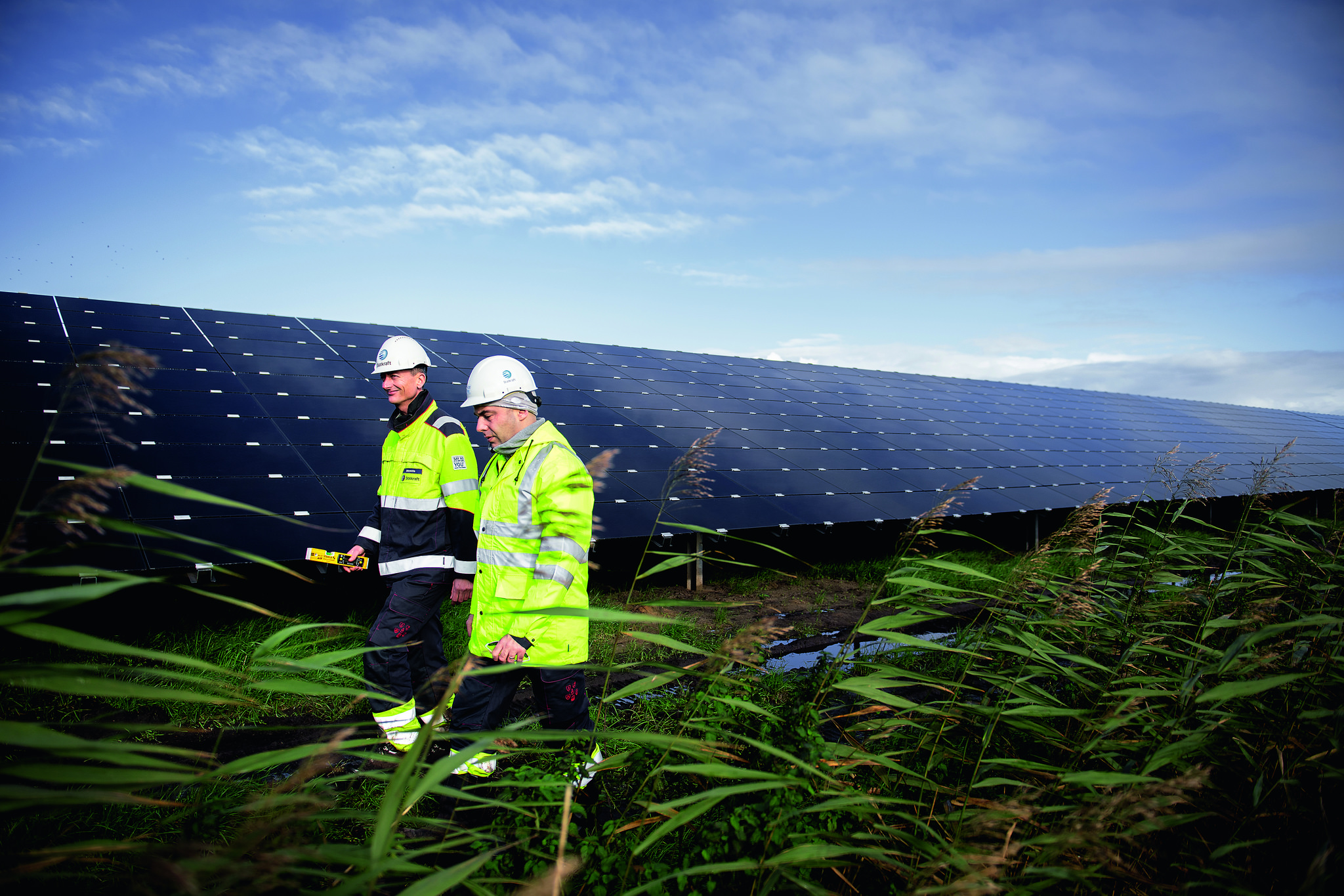 Two Statkraft workers at Lange Runde solar park